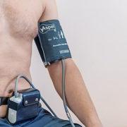 """Całodobowa rejestracja ciśnienia tętniczego zwana popularnie """"holterem ciśnieniowym"""" polega na wielokrotnych wciągu całej doby pomiarach ciśnienia tętniczego (co 15-30 min.)."""